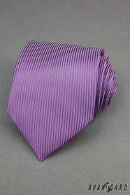 Lila nyakkendő függőleges csíkokkal