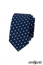 Keskeny kék nyakkendő, fehér pöttyökkel