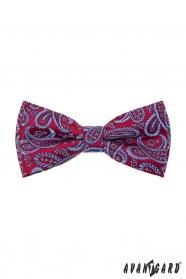 Piros csokornyakkendő díszzsebkendővel, halványkék paisley mintával