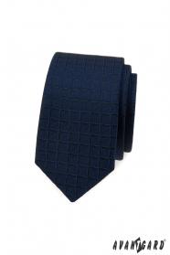 Kék keskeny nyakkendő négyzet alakú szerkezettel
